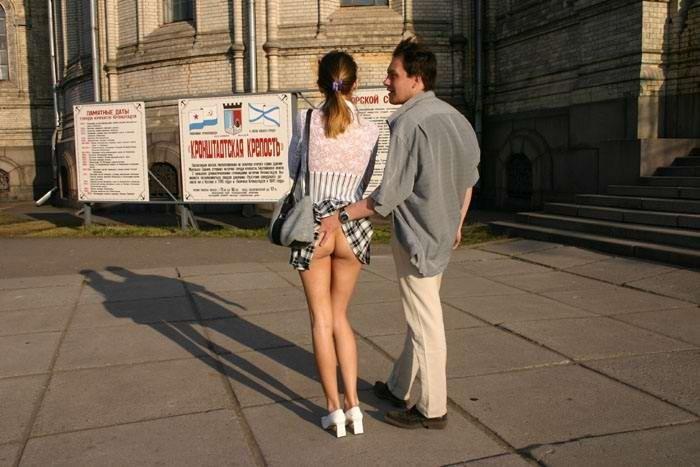 Парень трогает свою девушку в магазине видео